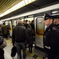 Milano, rapina 32enne lanciandole siringhe: arrestato alla fermata del metrò