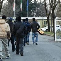 Migranti Milano, linea dura della prefetta: profughi in tutti i Comuni vicini, 7 giorni poi si passa alle impronte
