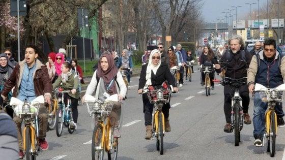 """Milano, biciclettata delle donne musulmane per chiedere """"pari diritti e basta violenza"""""""