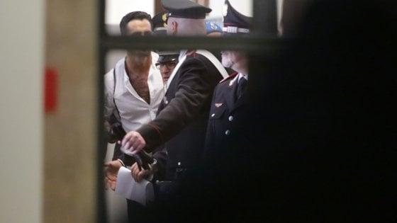 Fabrizio Corona attacca il poliziotto in aula