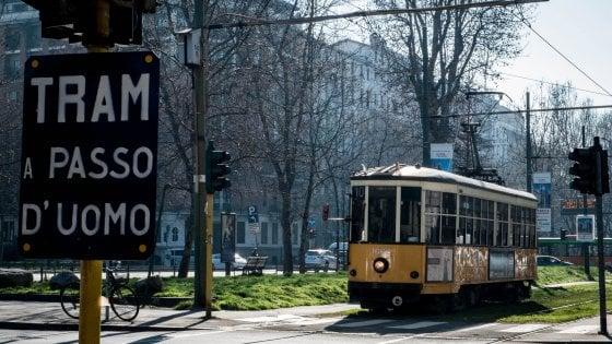 """Milano, rivoluzione tram al via. L'alt dei consumatori: """"Piano da modificare"""""""
