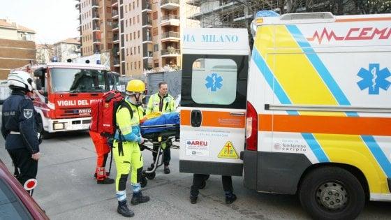 Milano, durante i lavori sfondano una parete e un pavimento: feriti un operaio e un'anziana