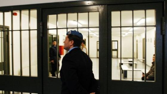 Milano, maxi rissa tra detenuti nel carcere di Bollate con pezzi di legno e spranghe di ferro