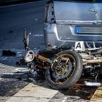 Milano, auto fa inversione a U e travolge una moto: muore una 20enne ferito un 21enne