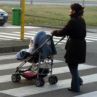 Milano, paura in metrò: un passeggino con una bimba di 2 anni resta incastrato tra le porte