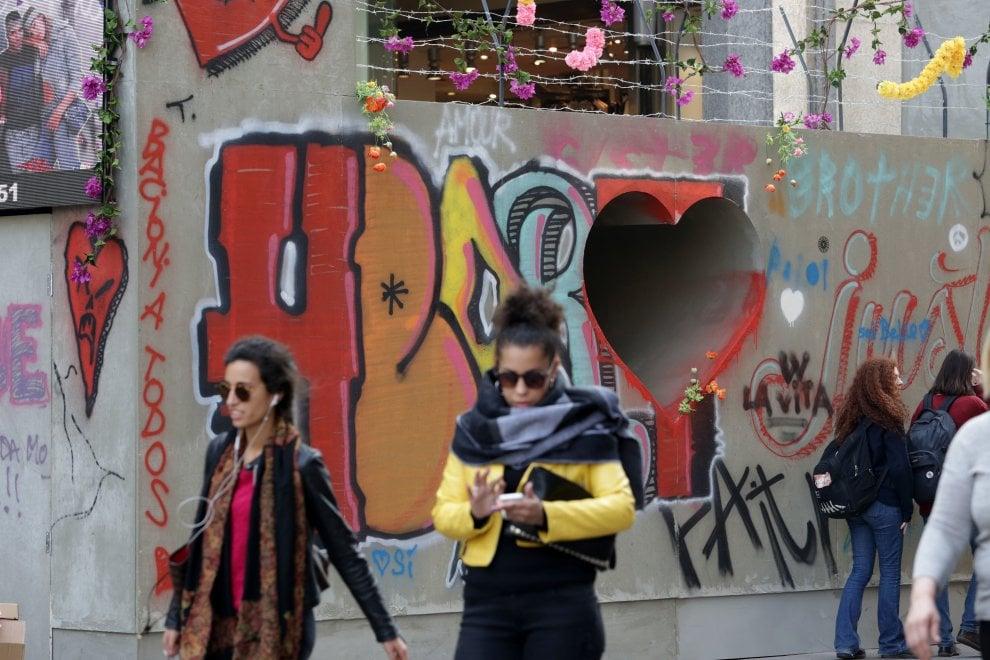 """Milano, un cuore nel muro che divide la via dello shopping: """"Basta odio"""""""