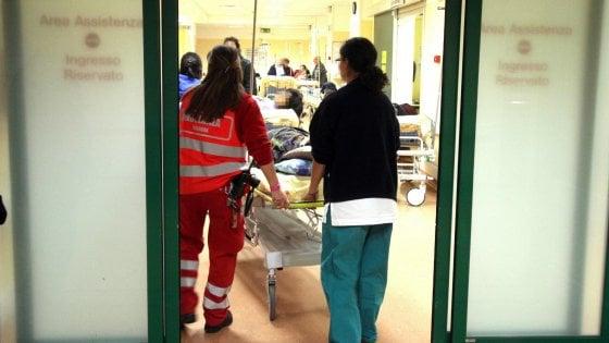 Pavia, tornano ubriachi dalla festa del vino e danneggiano ospedale: denunciati tre amici