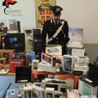 Ladro arrestato nel Milanese per il furto di un tablet: in casa migliaia di euro di refurtiva