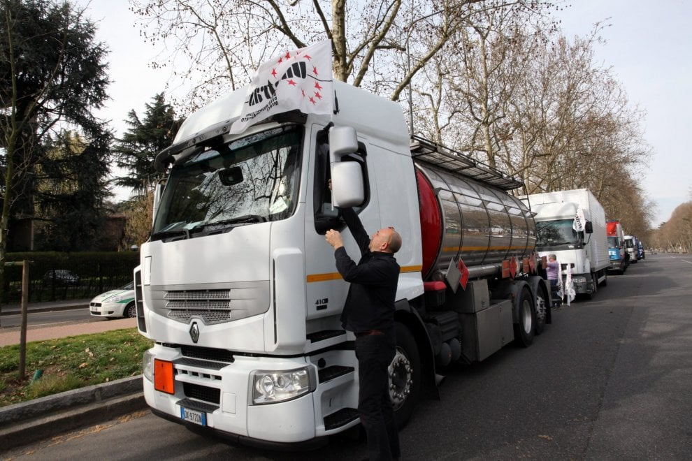 Tir day a Milano, i camion lumaca sfilano in città