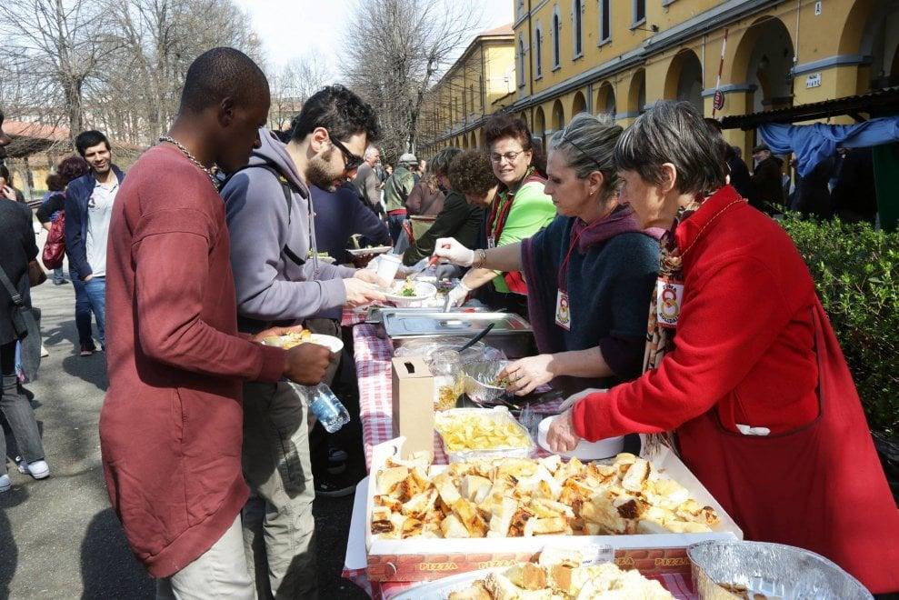 Migranti, festa dell'accoglienza a Milano: per la prima volta porte aperte alla caserma Montello