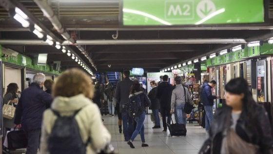Milano, poliziotto fuori servizio blocca un borseggiatore in metrò