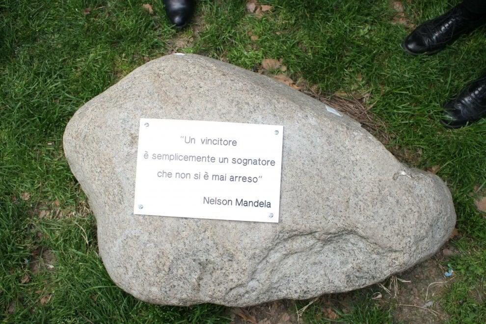 Milano, una nuova targa per Nelson Mandela dopo lo sfregio dei vandali
