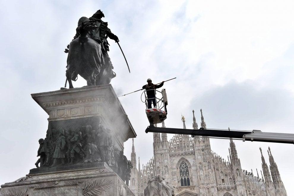 Milano, grandi pulizie in piazza Duomo: via il guano dalla statua di Vittorio Emanuele II