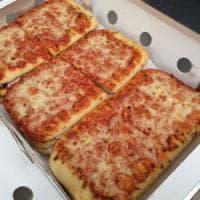 """Milano, svolta sulla """"pizza di gomma"""" nelle mense: torna a scuola, ma resta sorvegliata..."""