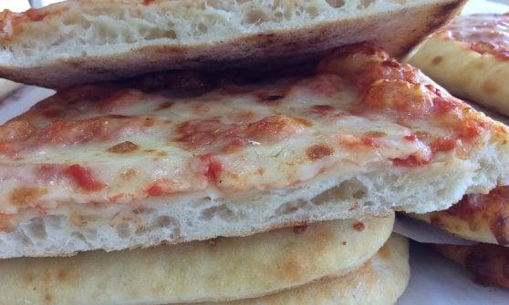 """Milano, svolta sulla """"pizza di gomma"""" nelle mense: torna a scuola, ma resta sorvegliata speciale"""