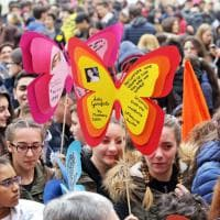 Milano, farfalle di cartone e fiori colorati per ricorda le vittime della mafia