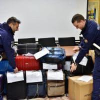 Milano, sgominata banda specializzata nei furti di valigie nelle hall degli