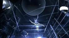 La campionessa di skydiving nel simulatore di caduta libera