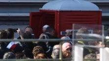 Papa Bergoglio  usa un bagno chimico