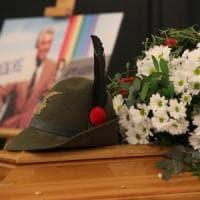 """Milano, i funerali del Mago Zurlì: peperoncino tra i fiori. """"Amava il cibo, pensava a un..."""