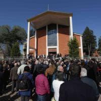 Mago Zurlì, folla per l'ultimo saluto a Milano: in chiesa i piccoli dell'Antoniano