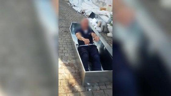 Amatrice, il vigile milanese gioca con la bara: sospeso il responsabile