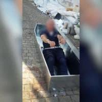 Milano, vigile in servizio ad Amatrice scherza nella bara e viene sospeso.