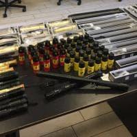 Milano: vende spray urticanti, teaser e manganelli nel suo phone center: denunciato
