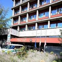 Milano, rissa all'Anagrafe del Comune: sfugge ai vigili e si getta dalla finestra,...