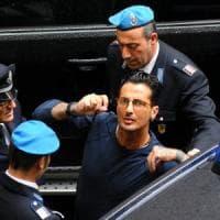Milano, nuovi guai per Corona: i testi cambiano versione e ammettono i pagamenti in nero