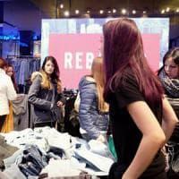 Milano, shopping spaccatimpani nei megastore del centro: musica oltre 80 decibel, le denunce dei medici in procura