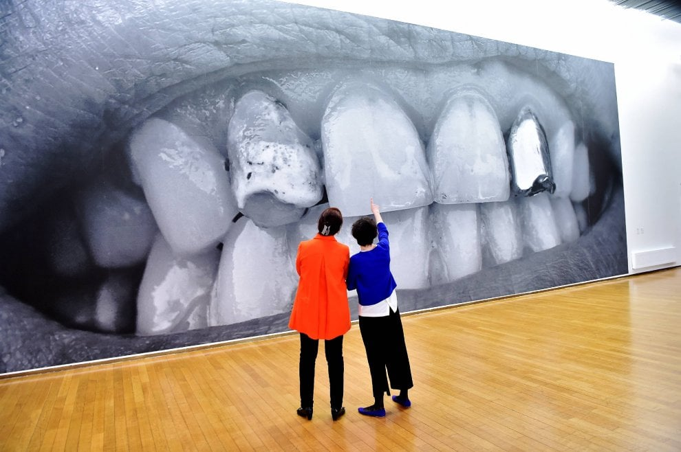 Milano, in mostra al Pac l'arte di protesta di Santiago Sierra