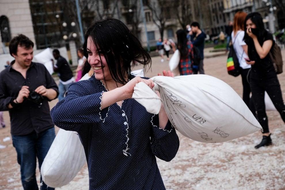 Milano la battaglia dei cuscini all 39 arco della pace il for Battaglia di milano