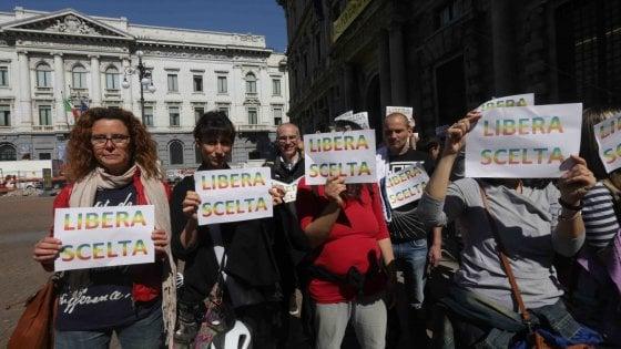 """Vaccini obbligatori per i nidi, a Milano la protesta dei genitori no-vax: """"Libertà di scelta"""""""