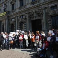 Milano, i genitori no-vax protestano contro il Comune: