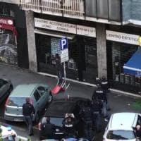 Milano, armato di coltelli semina il panico: polizia gli spara alle gambe.