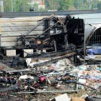 Cinisello, fiamme nel cantiere fantasma della M1: gravi mamma rom e bimbo di 3 anni, in ospedale anche l'altro figlio