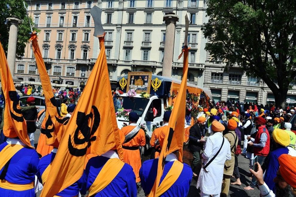 Milano, la comunità sikh invade le strade per la festa della primavera