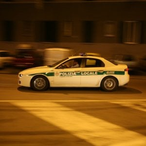 Milano, scontri tra antagonisti e polizia locale in corso di Porta Romana: due arresti