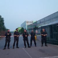 K-Flex, dopo 80 giorni di sciopero gli operai vogliono tornare a lavorare: bloccati ai cancelli