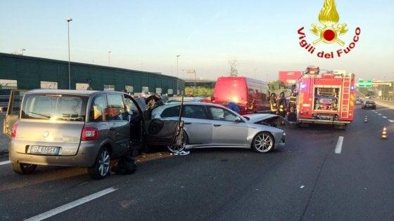 Milano, maxi tamponamento in autostrada: 20 persone coivolte, 10 feriti tra cui 3 bambini