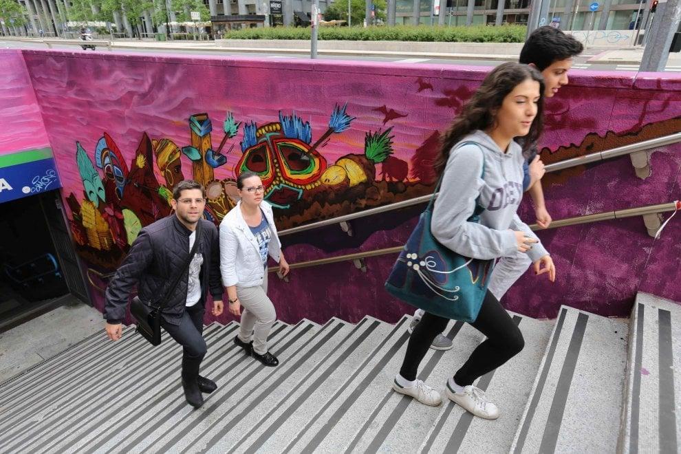 Milano, via il grigio dagli ingressi del Passante: la fermata Repubblica colorata dai writer
