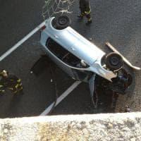 Auto precipita da un cavalcavia nel Varesotto e finisce sull'autostrada dopo un volo di dieci metri
