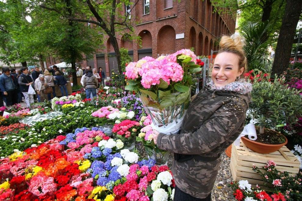 Milano, in piazza Sant'Angelo il grande mercato dei fiori di Pasquetta