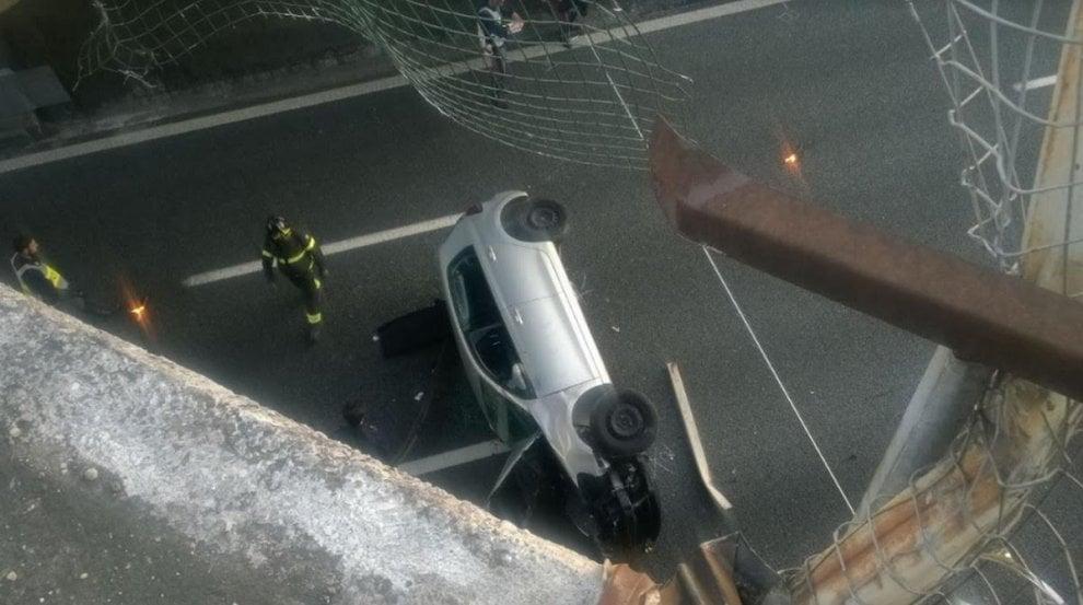 Varese, auto precipita sull'A8 dopo un volo di 10 metri dal cavalcavia: grave un 20enne