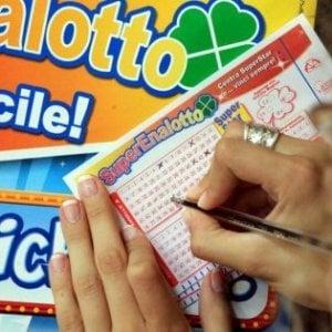 Varese, bancario ruba dai conti dei correntisti per giocare il 53 al Lotto: denunciato