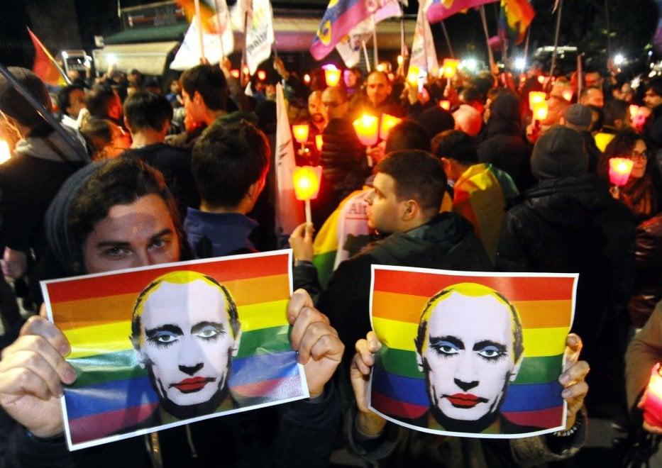 """Milano, fiaccolata di solidarietà alla comunità gay della Cecenia: """"E' in atto una persecuzione"""""""