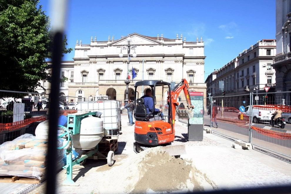 Milano, lavori in corso in piazza Scala: via al rifacimento della pavimentazione
