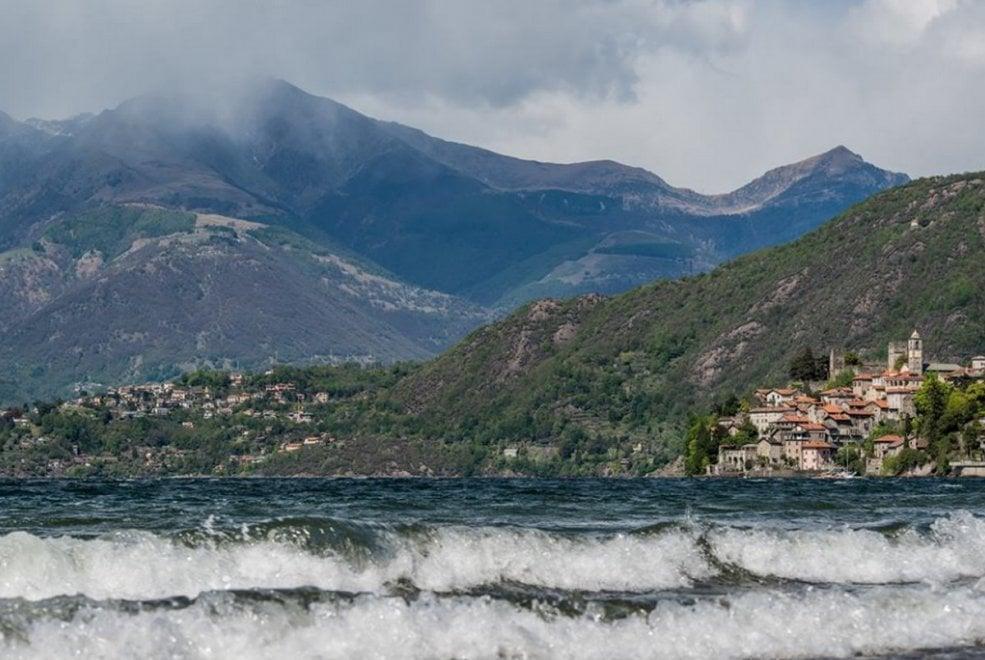 Lecco, onde e vento forte: il lago di Como sembra un mare in tempesta