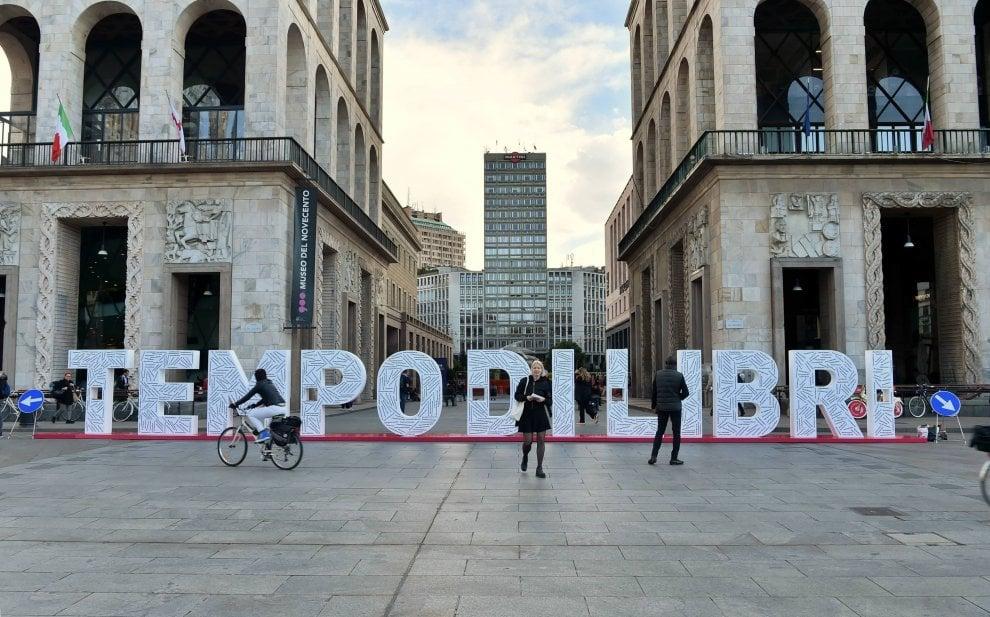 Tempo di Libri invade Milano: la maxi scritta in piazza Duomo